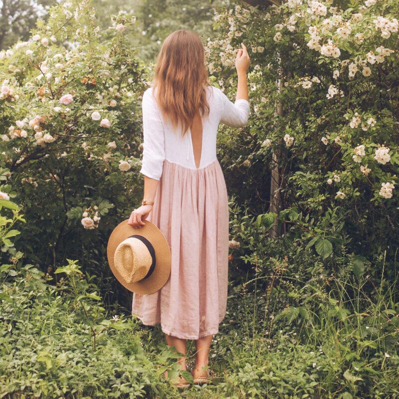 sukienka z rozcięciem na plecach, sukienka gołe plecy, sukienka z gołymi plecami