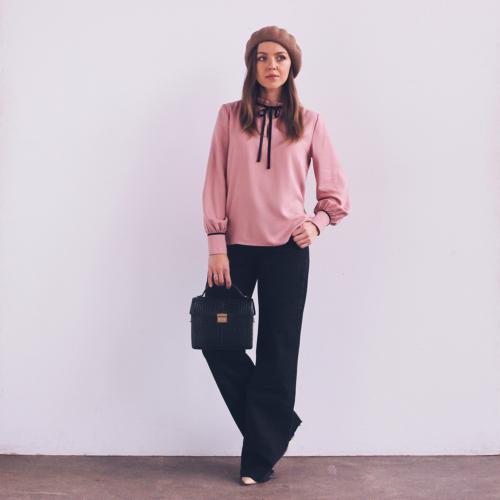 Francuski styl, jak wyglądać jak paryżanka, różowa bluzka, elegancka z długim rękawem, wiązana na kokardę, wiązana pod szyją